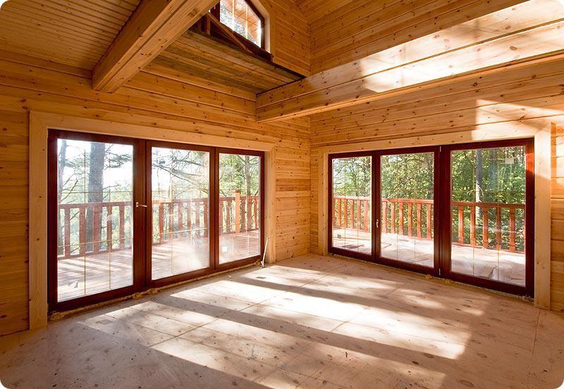 Fenêtres dans une maison en bois lamellé-collé