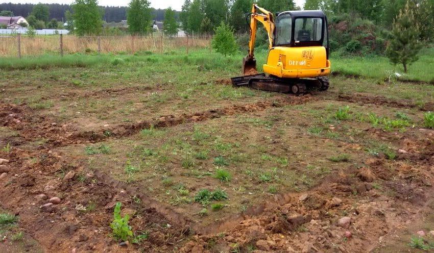 Перед разметкой фундамента территорию требуется очистить от мусора и травы