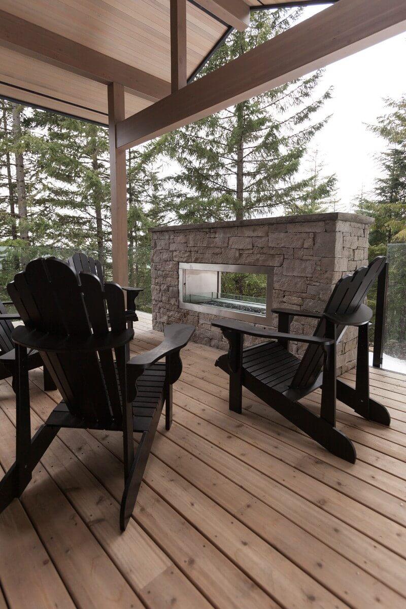 La terrasse extérieure d'une maison de campagne