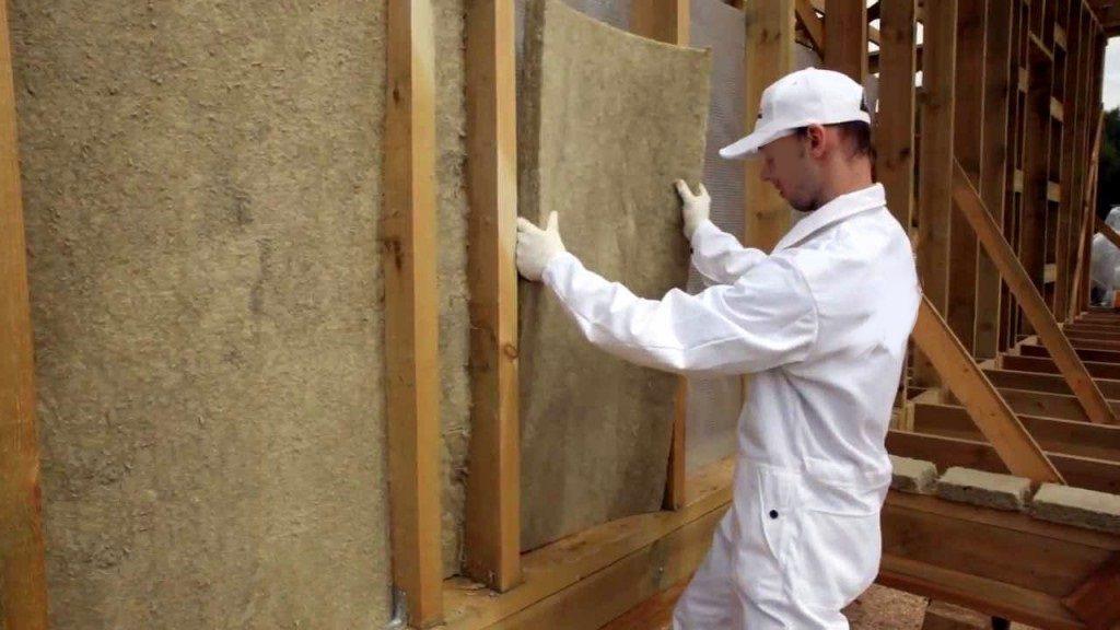 Isolation des murs d'une maison à ossature en bois avec de la laine minérale