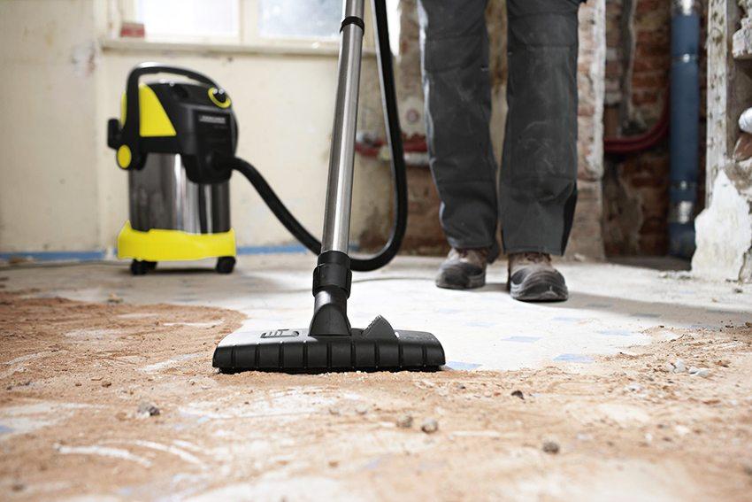 nettoyer la base en béton de la poussière