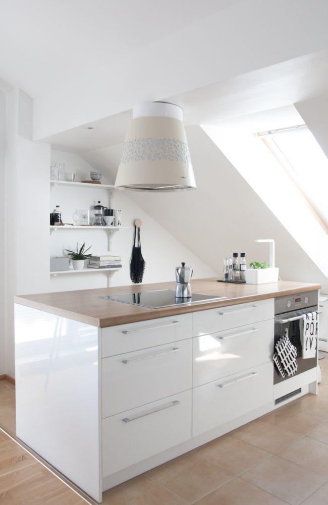 Une cuisine blanche peut être confortable même dans un petit espace