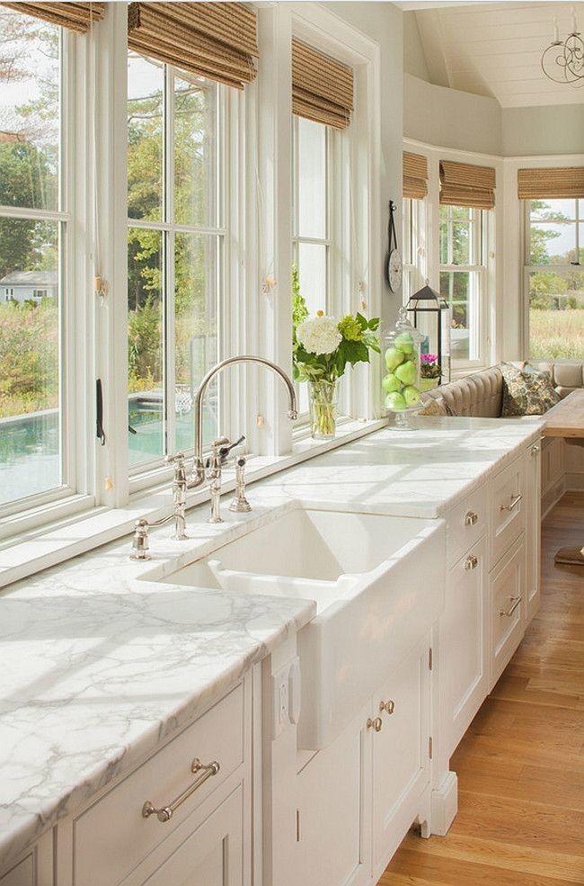 Lorsque vous installez votre cuisine en face de la fenêtre, vous pouvez admirer le paysage tout en préparant le dîner.