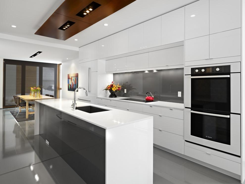Cuisine moderne blanche et brillante