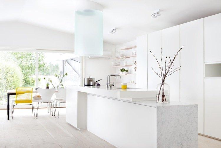 Les meubles blancs sont particulièrement remarquables dans une cuisine bien éclairée.