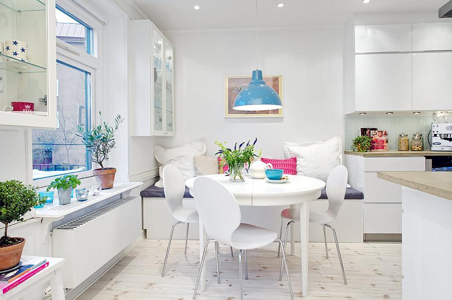 Les bons accessoires et éléments de décoration accentuent la beauté et l'esthétique d'une cuisine blanche.
