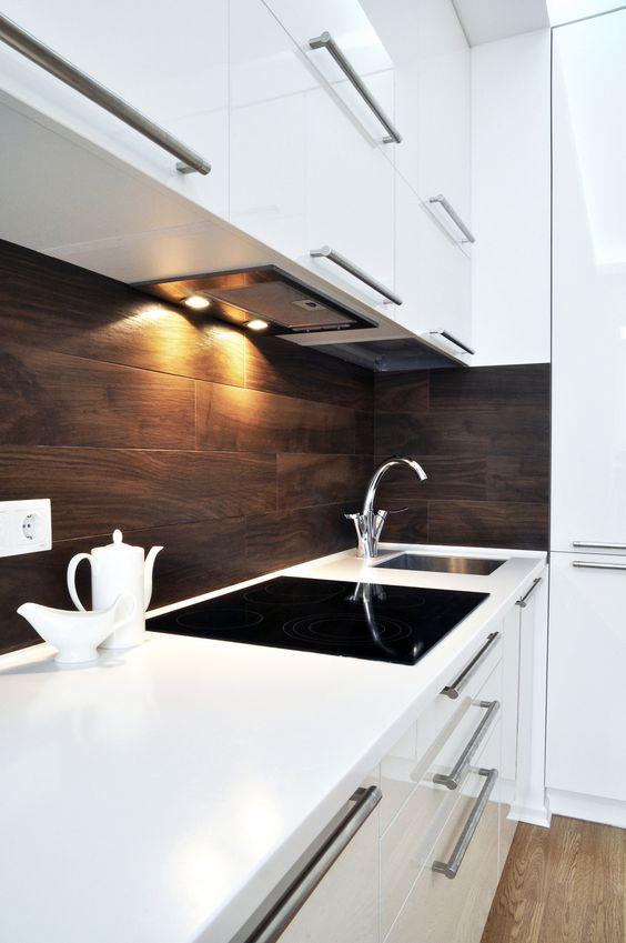 Un contraste frappant de noir et de blanc dans la cuisine est toujours le bienvenu.