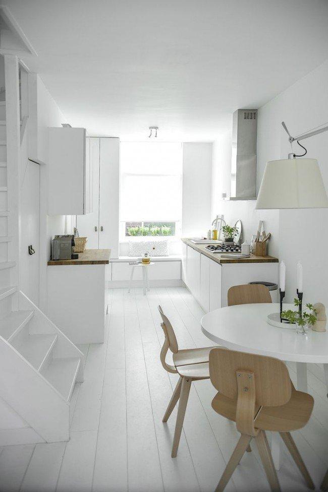 Le plateau de table et les chaises de couleur érable clair dilueront l'intérieur blanc.