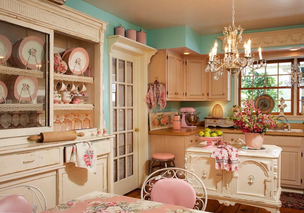 Ambiance chaleureuse de cuisine classique avec de nombreux éléments de décor