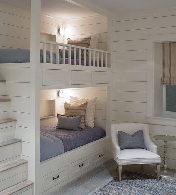 Установив в детской комнате двухъярусную кровать можно значительно увеличить ее полезную площадь