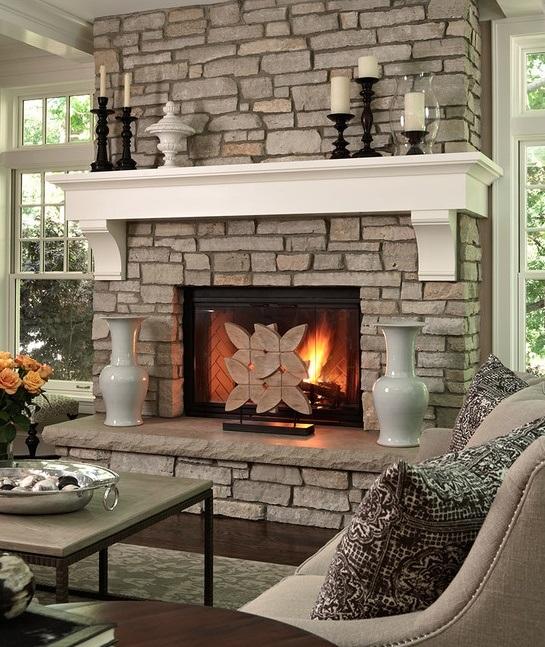 En tant que décor pour la cheminée, les vases et les beaux chandeliers s'adaptent parfaitement.