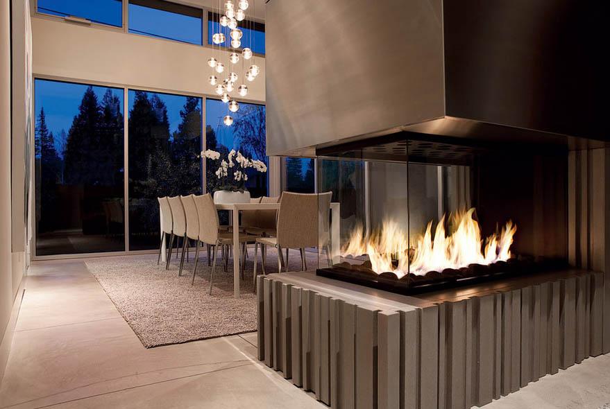 Une table à manger devant une cheminée est un excellent moyen de créer une atmosphère magique lors d'un repas du soir.