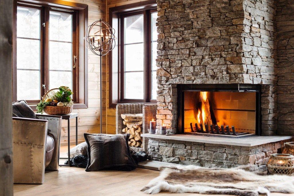 Une maison en bois avec une cheminée a l'air originale et belle