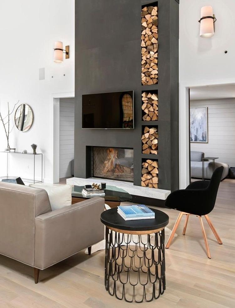 Cheminée élégante avec une niche pratique pour le bois de chauffage