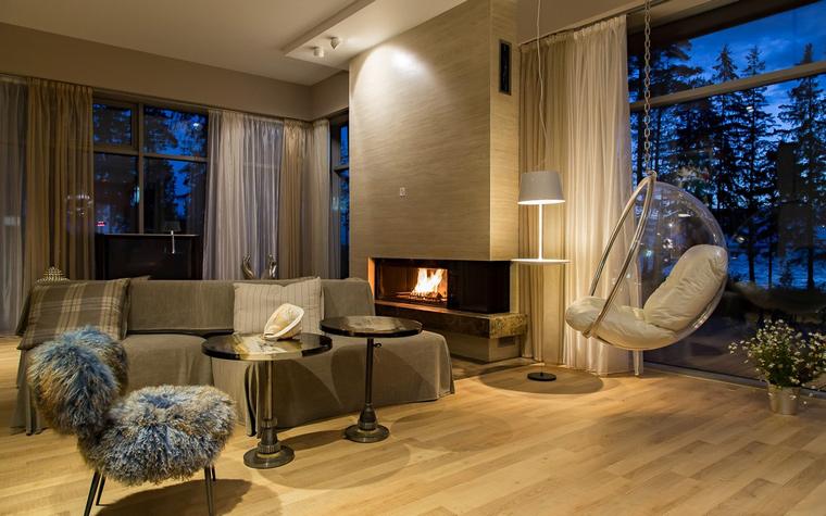 Grande et belle maison avec fenêtres panoramiques et intérieur confortable