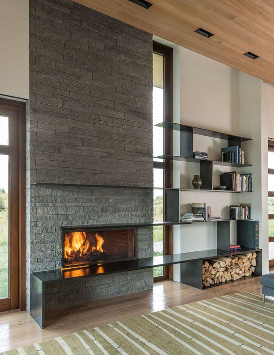 Des étagères élégantes qui jouent sur la cheminée serviront de lieu de rangement pour les livres et divers accessoires