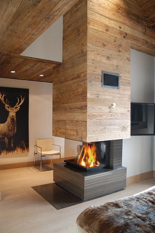 Le design de la cheminée est réalisé dans le même style que celui du salon.