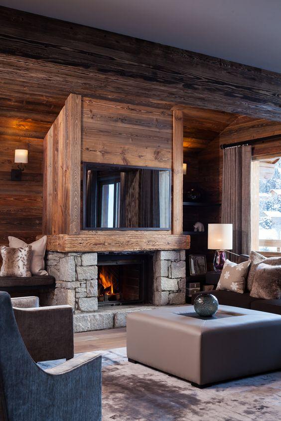 Le mur en bois est l'élément principal du design de cet intérieur.