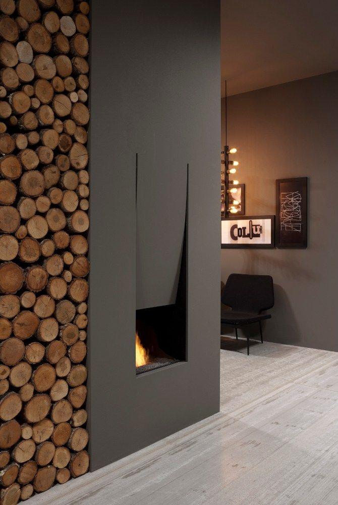 Élégante cheminée noire avec niche à bûches spacieuse