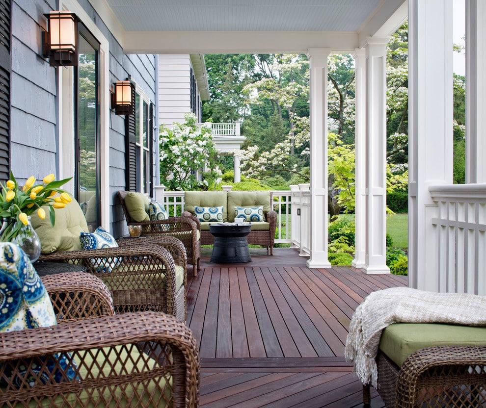 Les confortables fauteuils en rotin artificiel constituent le principal atout de la terrasse extérieure.