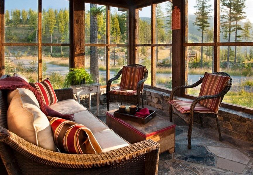 Une maison avec une véranda confortable au bord de la rivière, ça fait rêver !