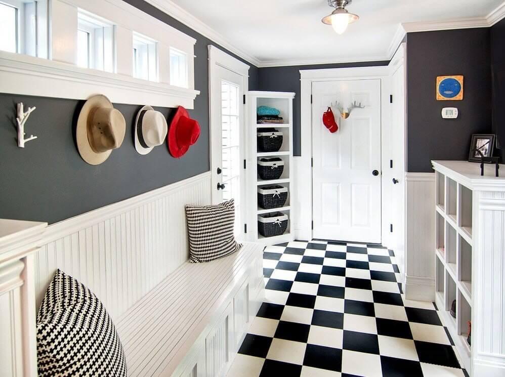Combinaison classique de noir et de blanc dans l'intérieur du couloir