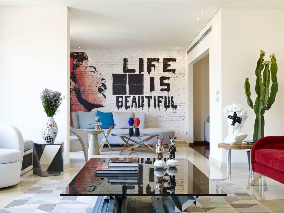 L'intérieur du couloir de style loft s'harmonise parfaitement avec le design général de l'appartement.