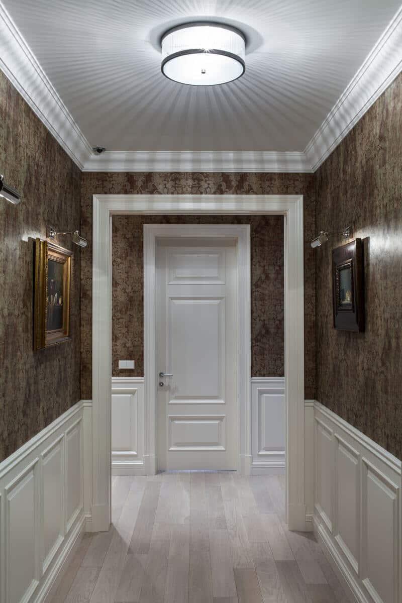 Intérieur de couloir classique dans des tons blancs et bruns
