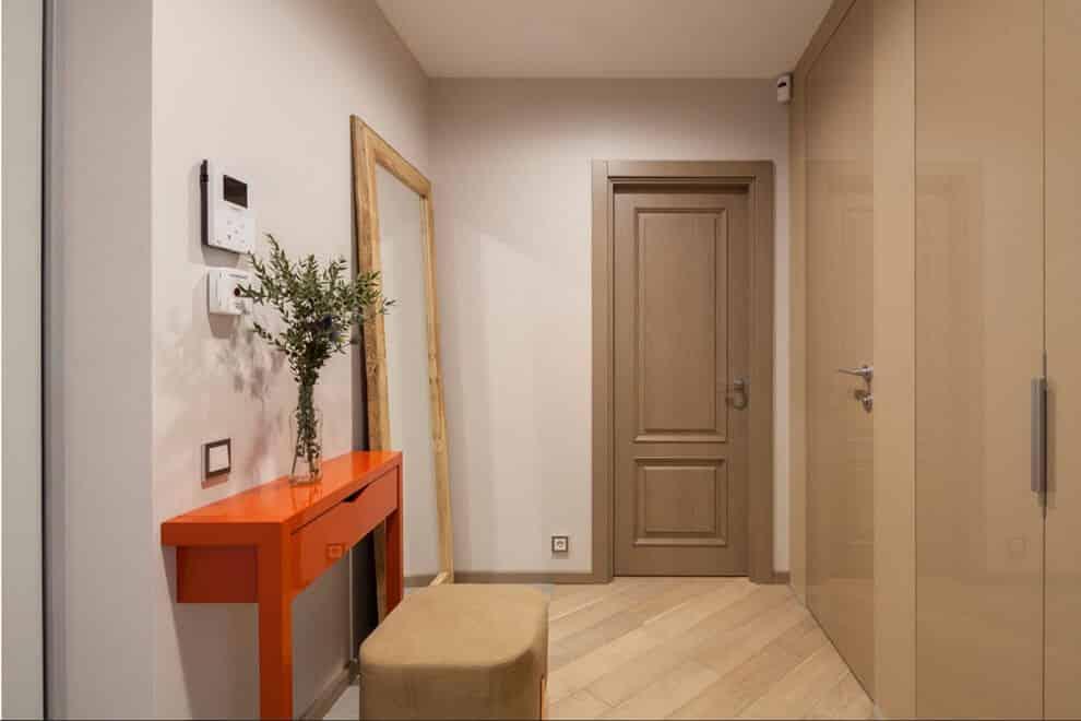 Une fois que le miroir aura pris sa place sur le mur, la rénovation du couloir pourra être considérée comme terminée.