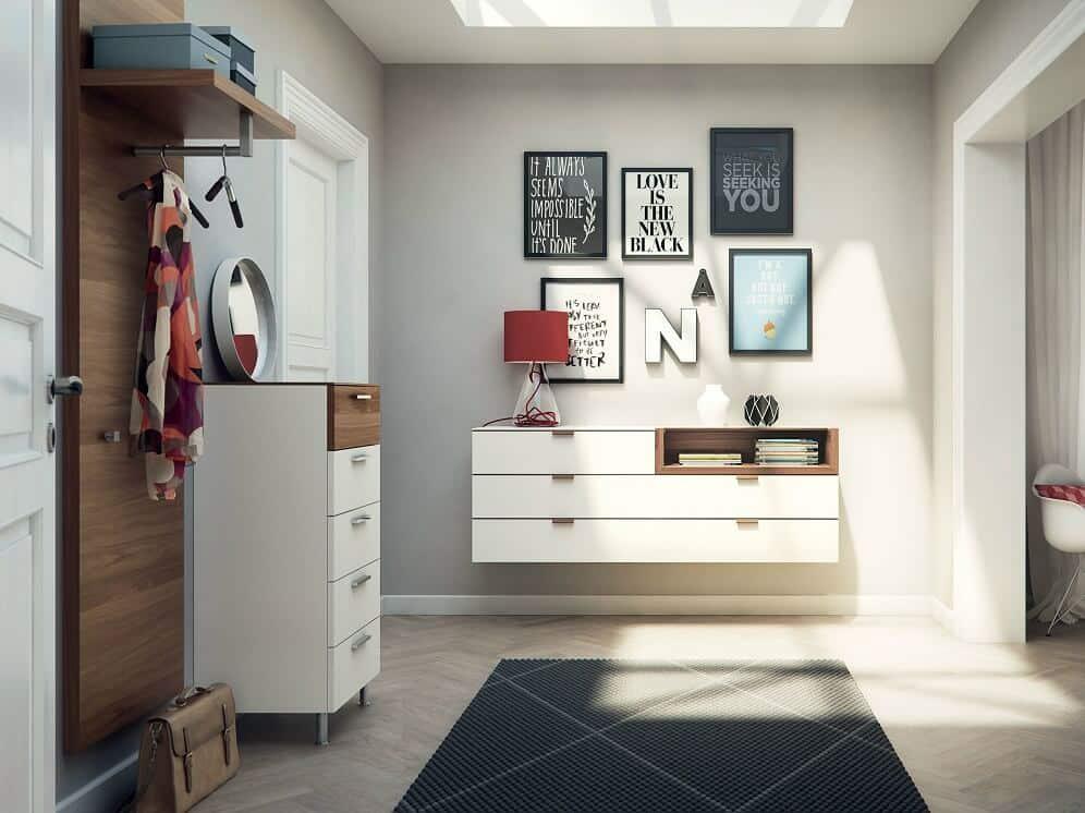 Des images et des cadres photo variés constituent l'attribut le plus important de la décoration de l'intérieur du couloir.