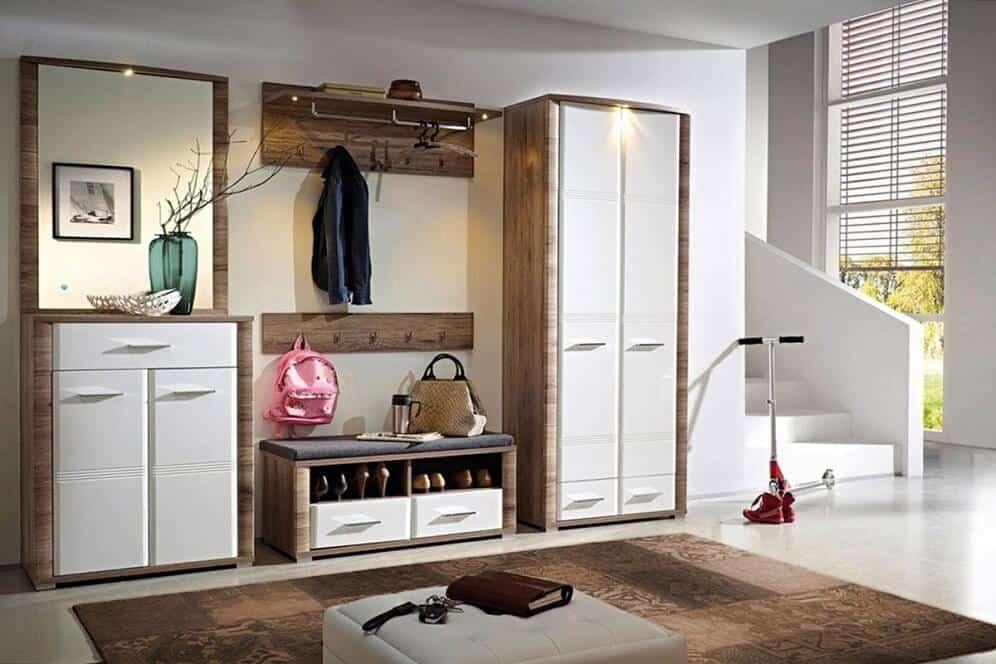 La texture et la couleur du bois naturel seront également appropriées pour décorer l'intérieur du couloir.