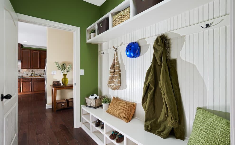 Une parfaite harmonie de vert et de blanc dans le couloir contribuera à la bonne humeur tout au long de la journée.