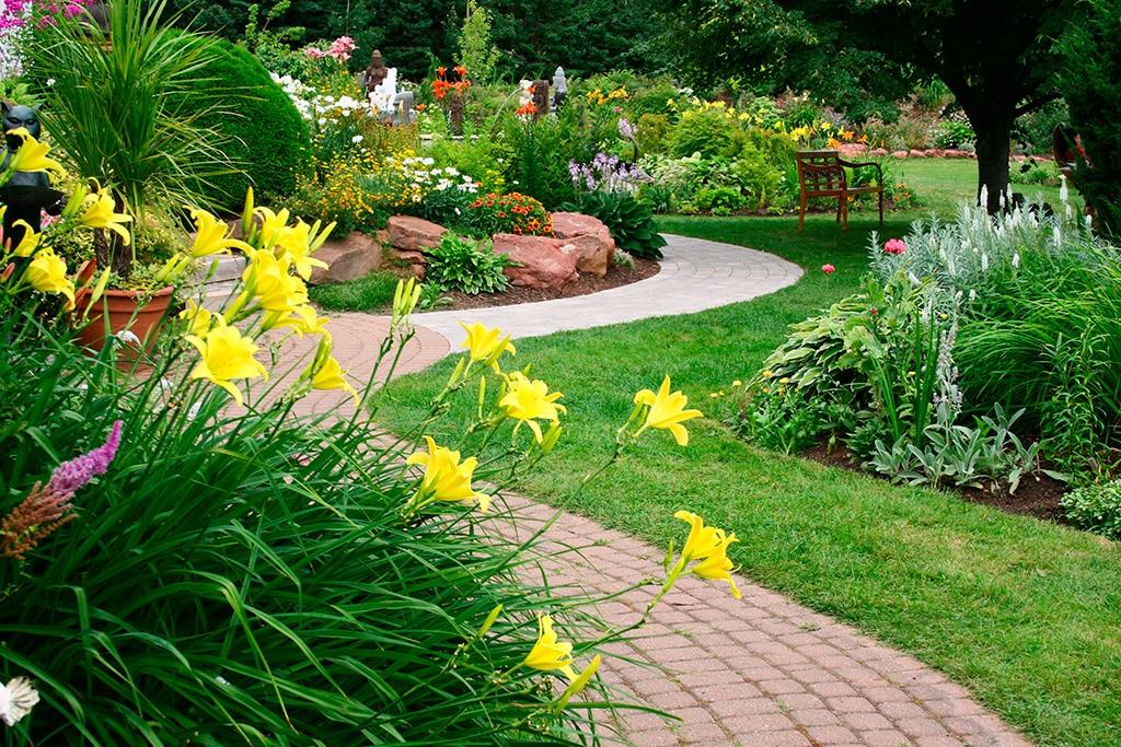 Une pelouse magnifique et bien entretenue - la marque de fabrique de l'aménagement paysager à l'anglaise.
