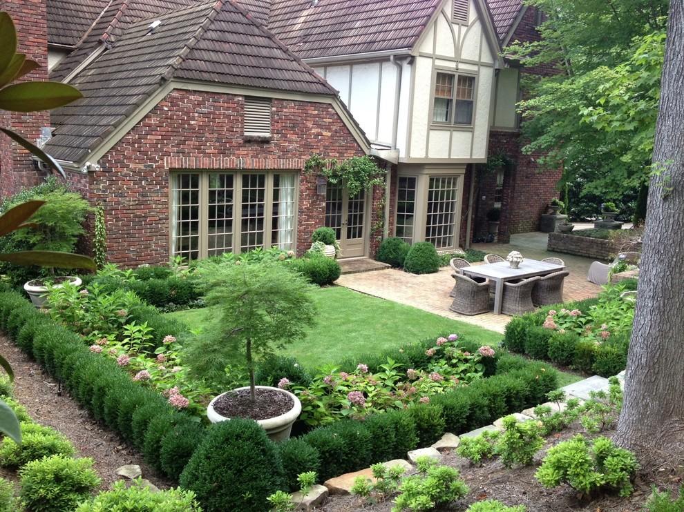 L'installation d'une pelouse à proximité est une excellente idée.