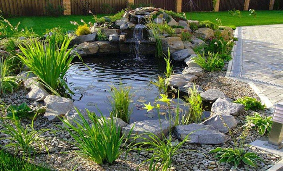 Encore plus attrayant qu'à l'accoutumée, un bassin à cascade artificielle a l'air