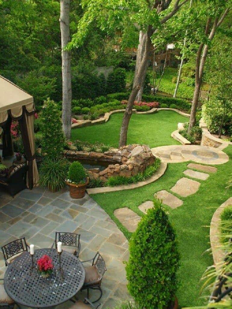 Petit étang, belle pelouse et chemins originaux qui s'harmonisent parfaitement les uns avec les autres.