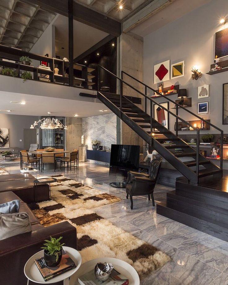 Beaucoup d'éléments de décoration différents en parfaite harmonie avec l'ensemble de l'intérieur de style loft.
