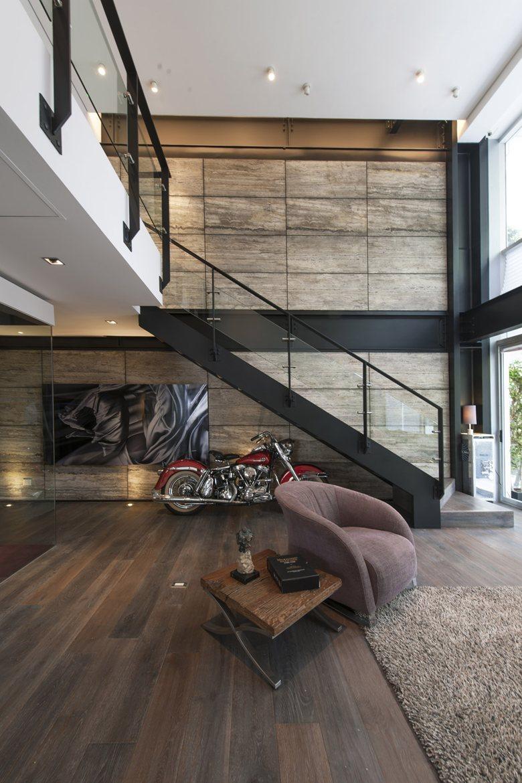 Ici, le designer a décidé de combiner deux styles inhabituels - le minimalisme et le loft. Il convient de noter qu'il l'a très bien fait.