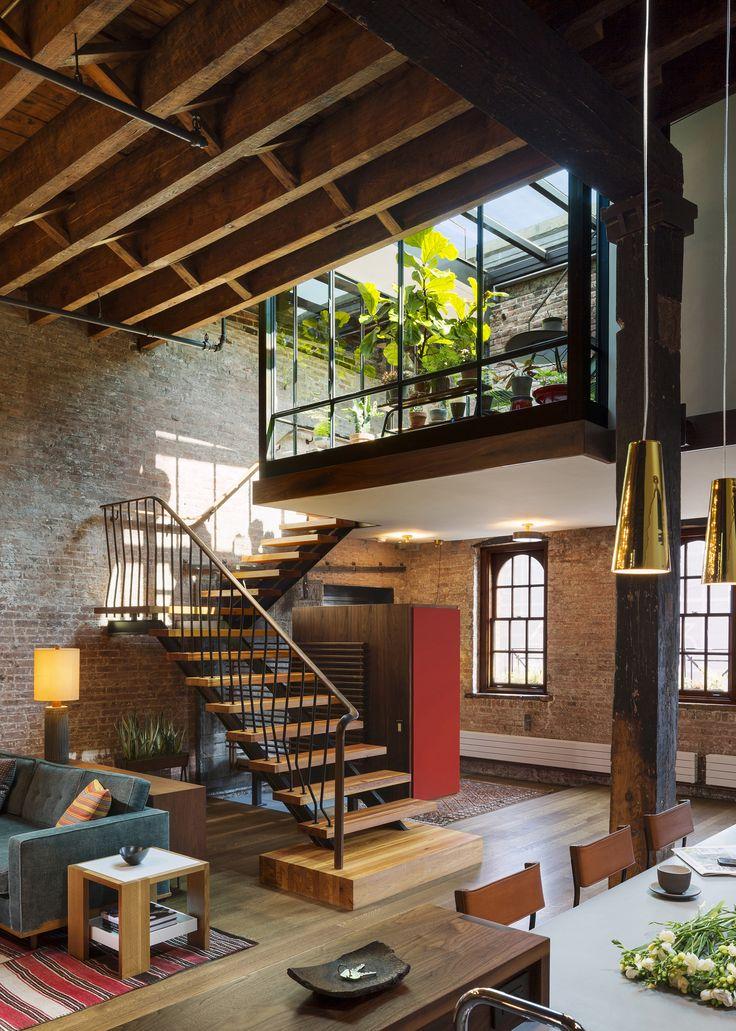 Intérieur classique de style loft dans une forme sobre et austère