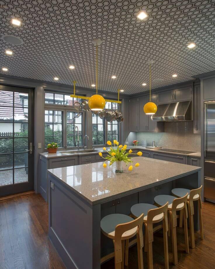 Intérieur de cuisine d'une beauté folle. Des spots élégants et des luminaires originaux ajoutent encore plus de grâce à un plafond déjà spectaculaire.