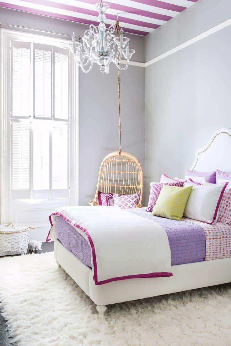Connaître les connaisseurs de la combinaison harmonieuse de la palette de couleurs avec l'aide du papier peint sur le plafond peut parfaitement battre le design intérieur.