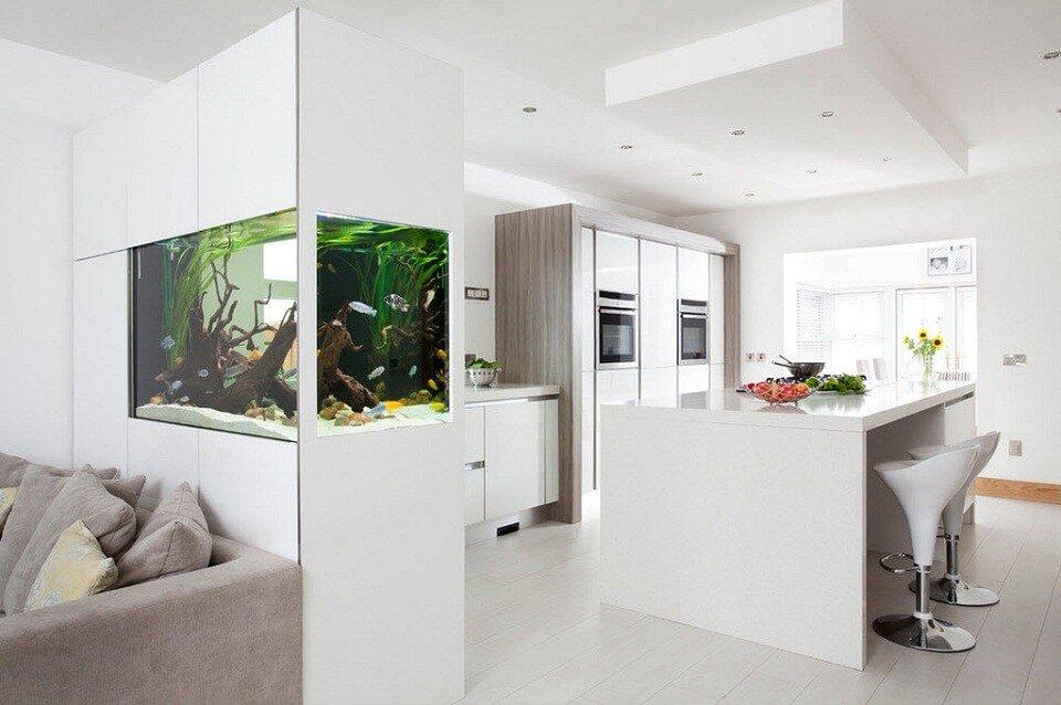 Au-dessus de la salle à manger, le plafond permet généralement de créer un niveau séparé avec un éclairage autonome.