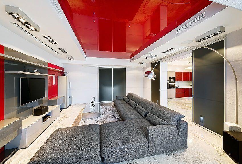 Spectaculaire plafond rouge high-tech du salon