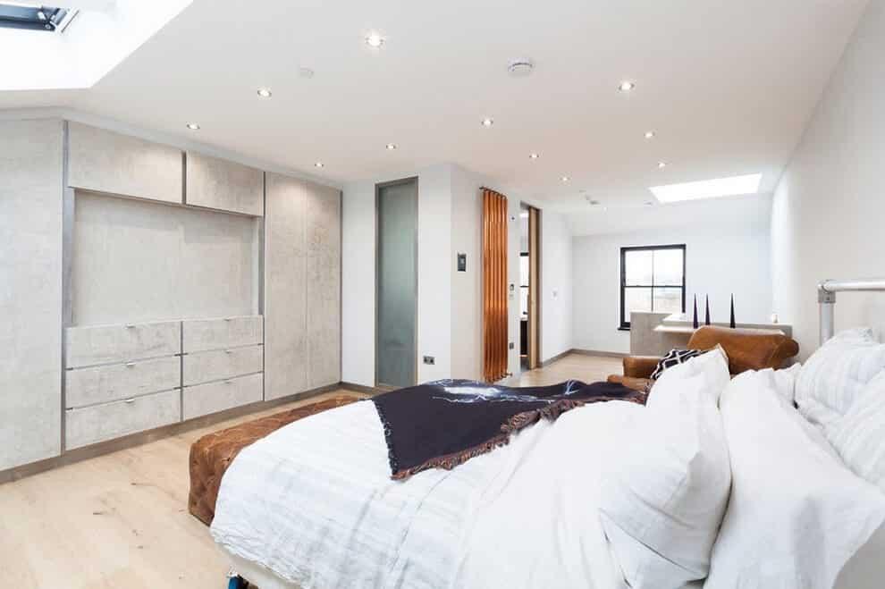 Ce n'est pas un secret que le blanc augmente visuellement la surface d'une pièce. Une pièce semble incroyablement spacieuse de cette façon.