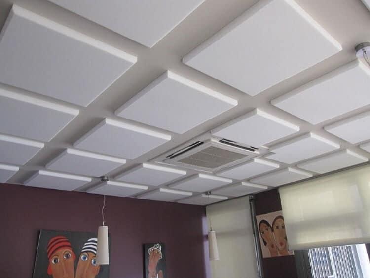 Système de ventilation astucieusement camouflé parmi les dalles de plafond décoratives