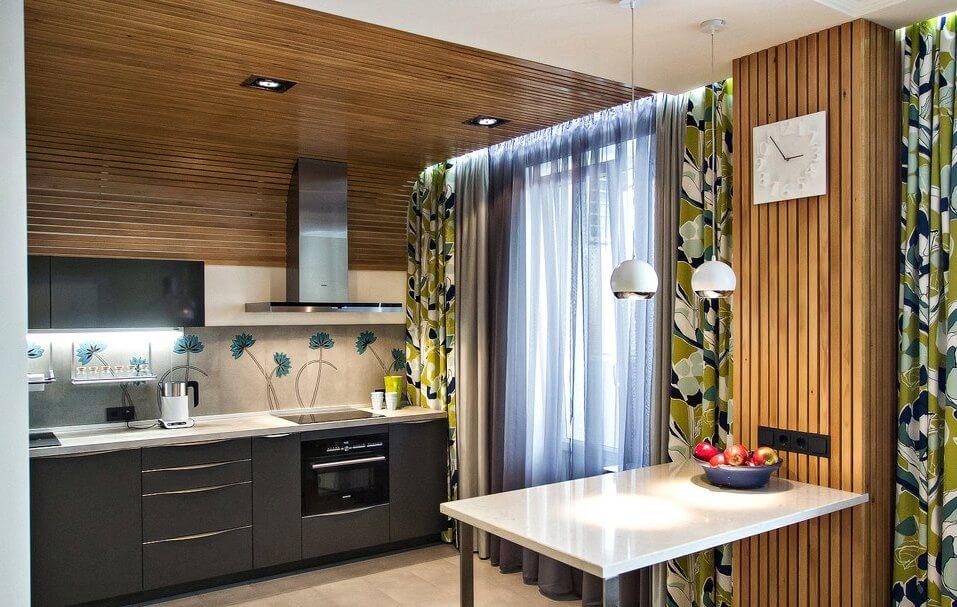 Intérieur de cuisine joliment décoré avec un plafond à lattes en bois
