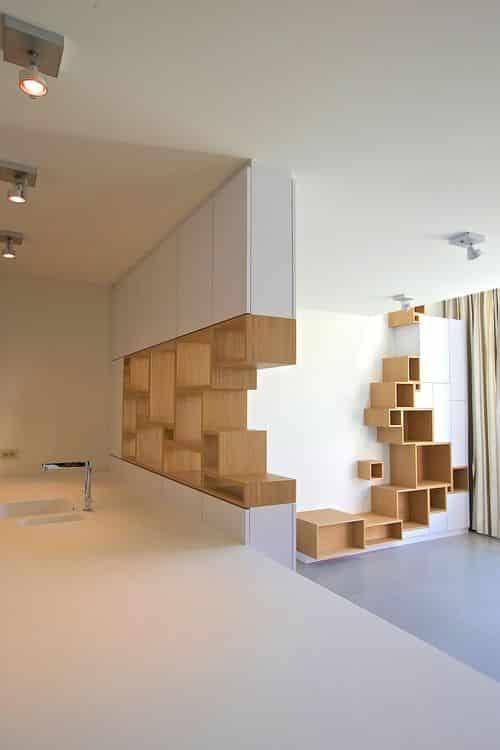 Grâce à la couleur blanche et à un excellent éclairage, la texture du matériau des niches en bois sera particulièrement visible.