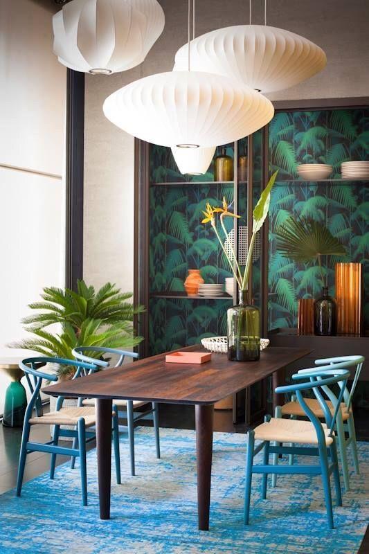 Aménagement original de la salle à manger dans un style minimaliste