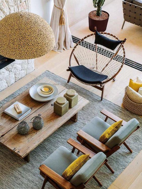 Une petite table à manger et des fauteuils originaux s'intègrent parfaitement à l'intérieur du salon.