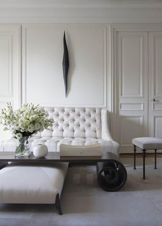 Combinaison classique de noir et de blanc dans un salon au design minimaliste